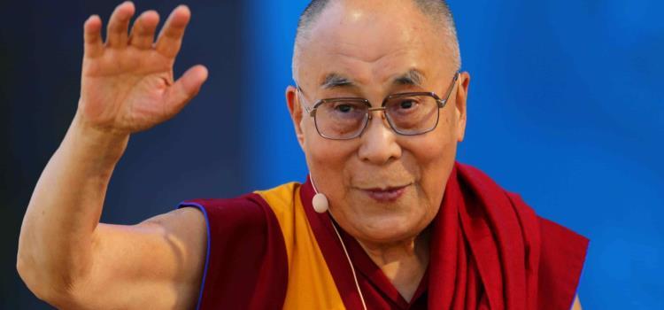 Dalai Lama dice que si lo reemplaza una mujer tendría que ser atractiva