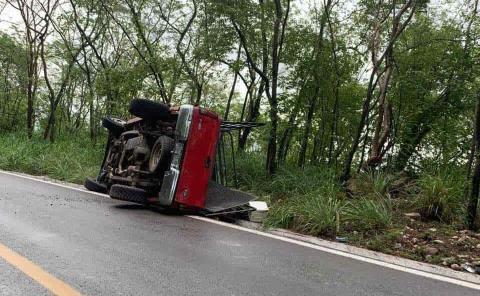 Volcó camioneta en la Valles-Rioverde