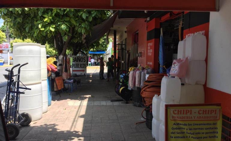 Comercio bloquea banquetas y calles