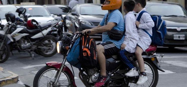 Prohibido que niños viajen en motos