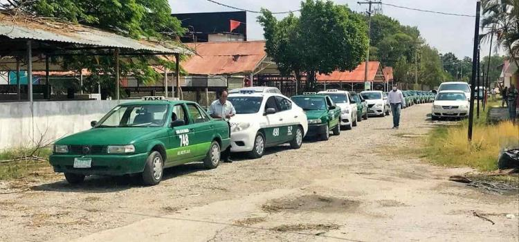 Demandan taxistas entrega de apoyos
