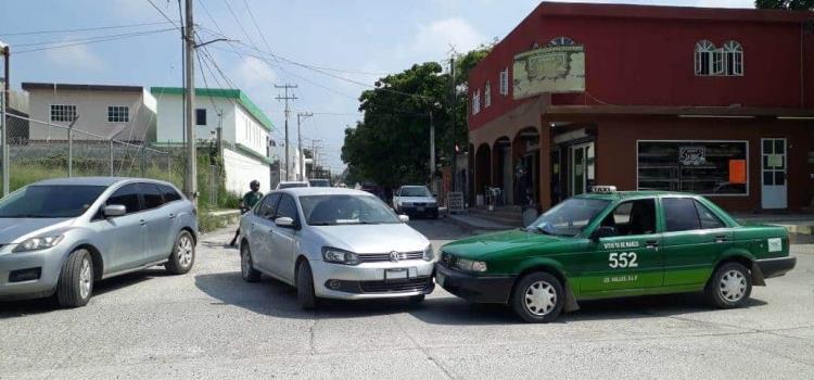 Taxi se impactó contra un coche
