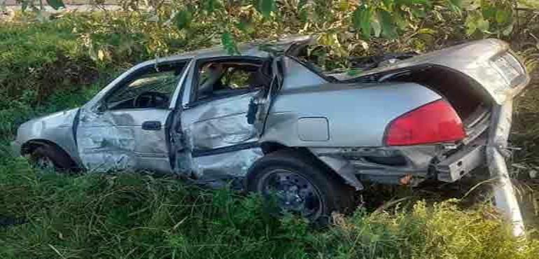 Choca su auto contra un poste y casi muere