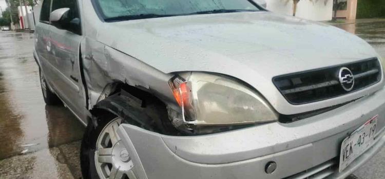 Chocó auto contra una camioneta