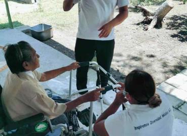 Asociación civil apoyó entregando andadores