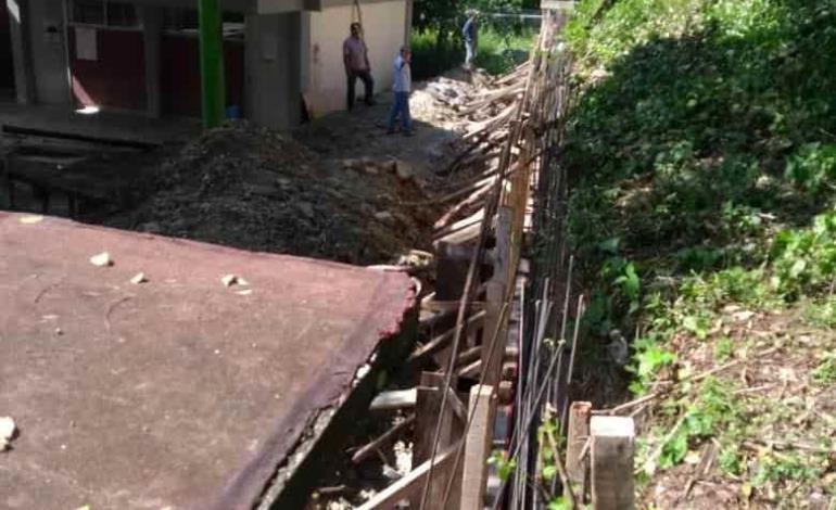 Construyen barda para plantel Nicolás Zapata