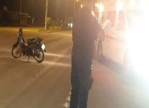 Mujer lesionada al derrapar moto