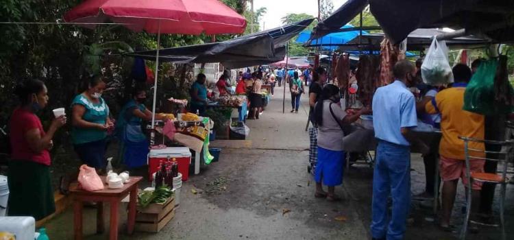 Comerciantes locales regresan a las calles