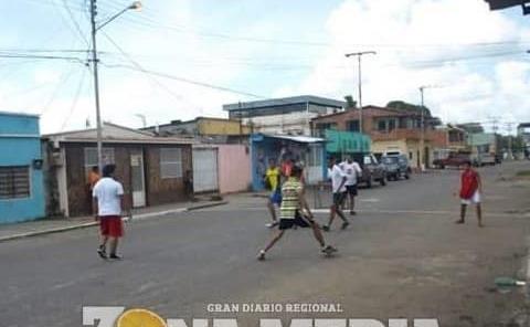 Niños utilizan Calle como un Campo de fut