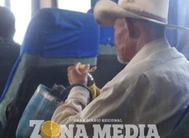 Ancianos gastan pensión en licor
