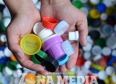 Jóvenes piden donar las tapas de plástico