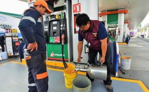 Expenden gasolina con agua en Valles
