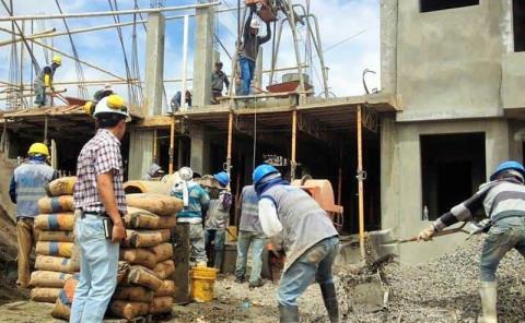 Recortan salarios en constructoras