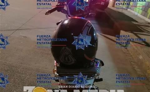 Drogadicto en una  moto descubierto