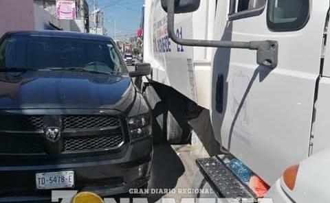 Camión de limpia dañó ostentosa camioneta