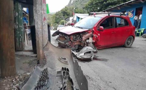Veloz auto chocó contra un poste