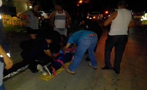 Jovencita herida al impactar su moto