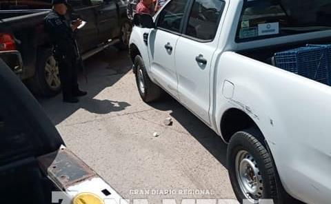 Mujer colisionó un auto y camioneta