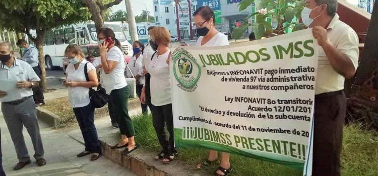 "Realizan protesta ante el ""Infonavit"""