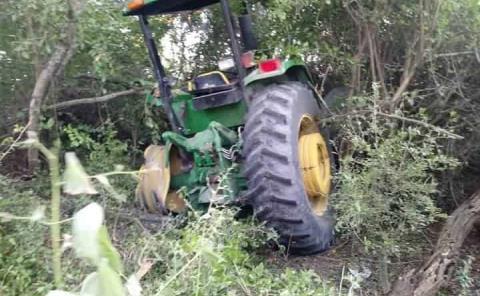 Chocó camioneta vs. tractor y volcó