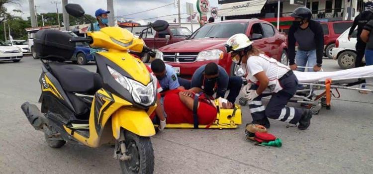 Dama atropelló a un motociclista