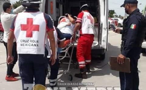Mujer lesionada al caer de moto