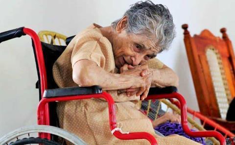 Abandonan a abuelitos