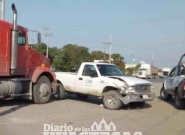 Tráiler chocó contra  camioneta de la CFE