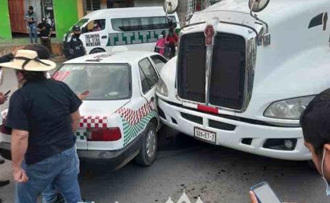 Tráiler chocó  contra taxi