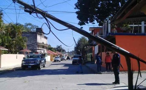 Camión derribó poste y cableado