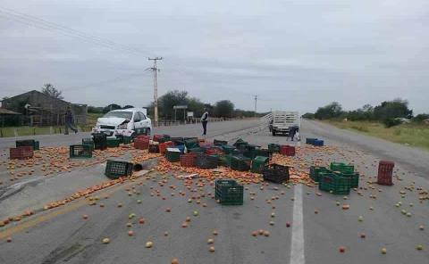 Taxi impactó contra camioneta tomatera