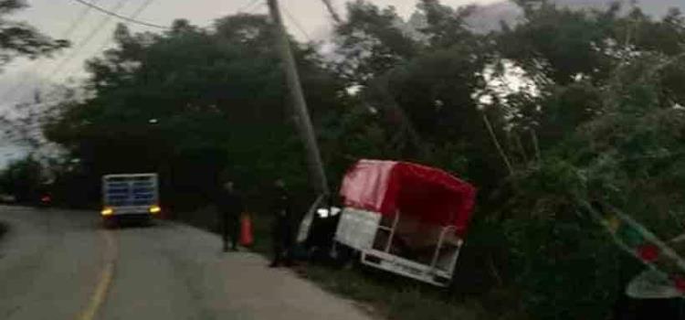 Camioneta pasajera chocó contra poste