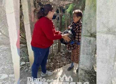Alcaldesa lleva ayuda  alimentaria a familias