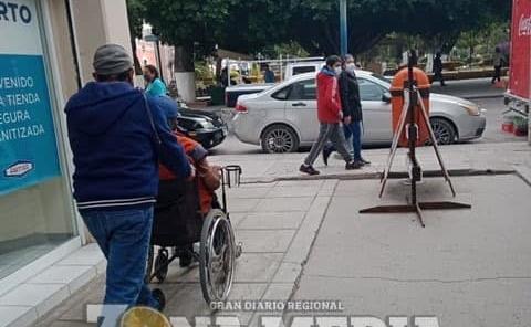 La gente ayuda a discapacitados