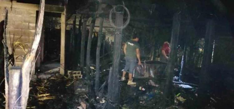 Arrasó incendio con una vivienda