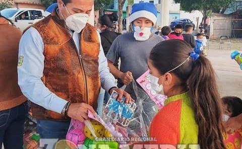 Generosidad del edil al dar regalos a niños