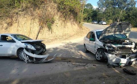 Dos lesionados en choque de autos