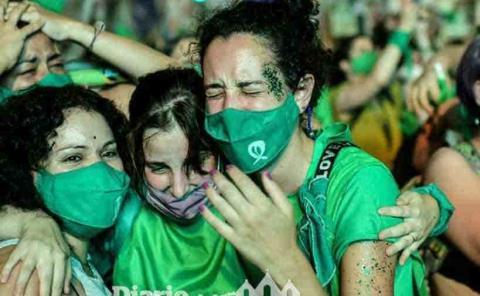 Argentina aprueba ley que permite el aborto