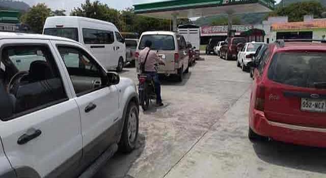 Abarrotan las  gasolineras