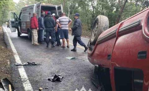 Camioneta volcó  sobre la carretera