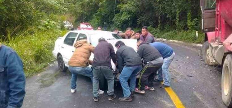 Automóvil impactó  camión materialista