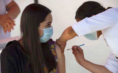 Sufre doctora reacciones tras recibir la vacuna PF