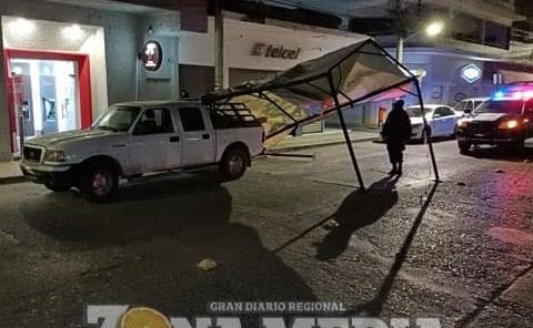 Conductor derribó toldo y dañó auto