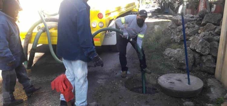 Desazolvan drenaje en Delegación Agua Buena
