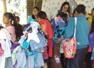 Parteras donaron ropa en Sierra Fría