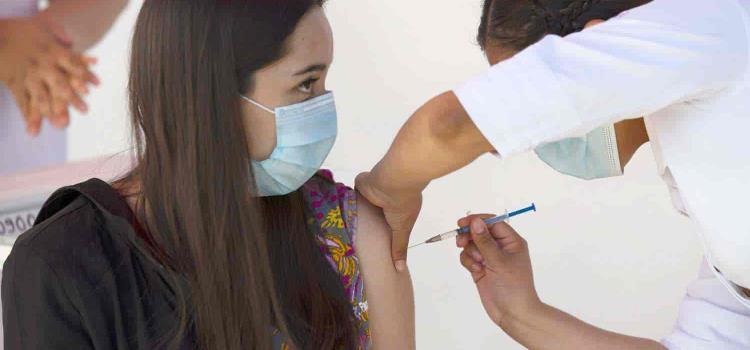 Se recupera la doctora tras reacción de vacuna