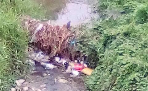 Usan los arroyos como basureros