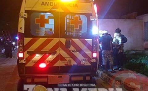 Jóvenes heridos al caer de moto