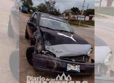 Tres lesionados en choque carretero