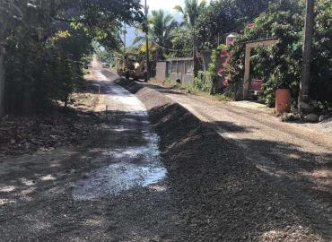 Rehabilitan varias calles de municipio